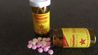 Frascos de plástico que contienen pastillas