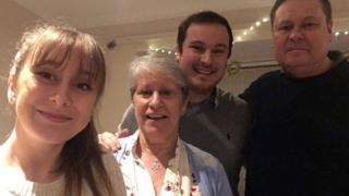Jackie Mills con sus hijos Kerry, Stewart y su esposo Steve